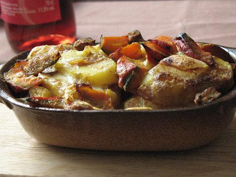 Zapecene brambory s kvetakem, dyni a syrem