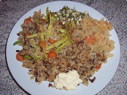 Mladé fazolky restované na sezamovém oleji s mrkví, natural rýží s mungo naklíčenými fazolkami, pickles a majonézou